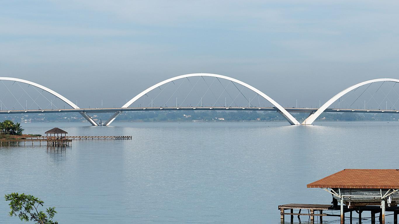 Арки моста Жуселину Кубичека