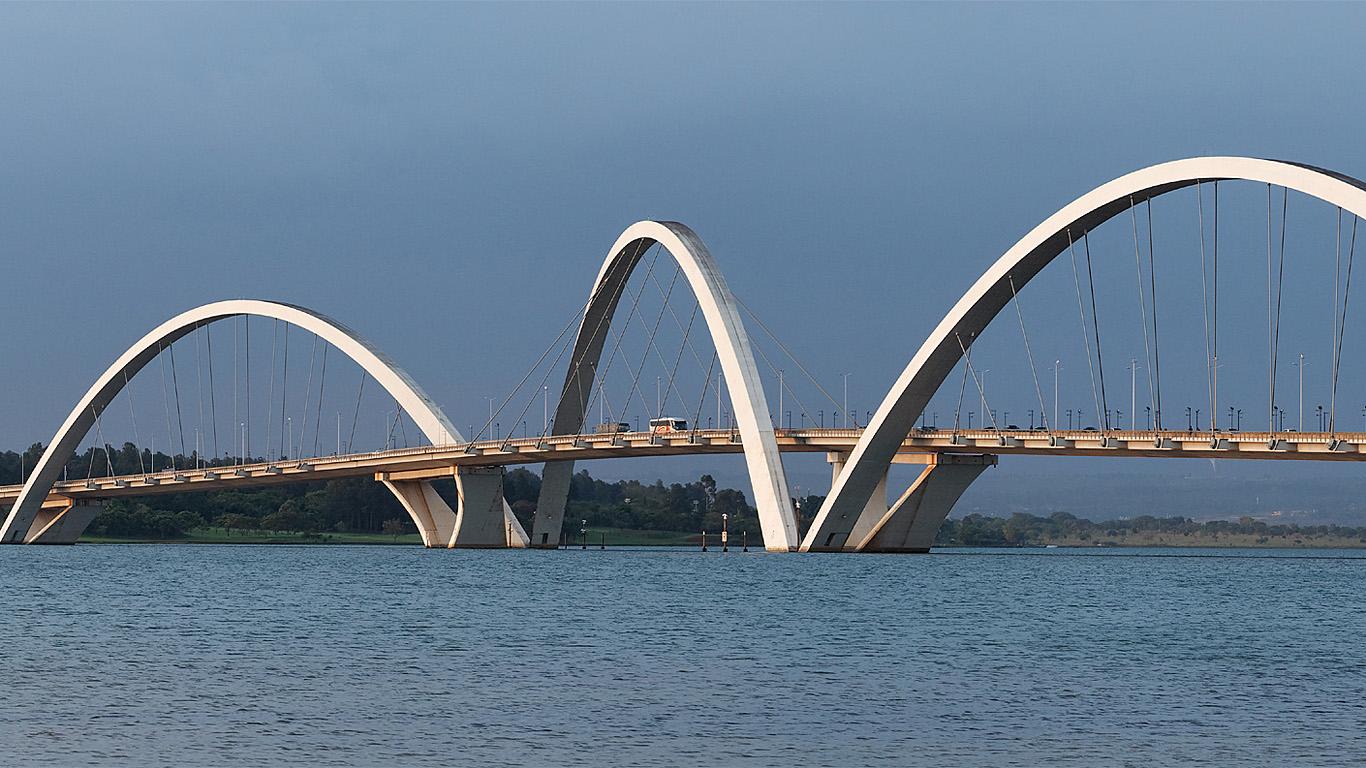 Мост Жуселину Кубичека днем издалека