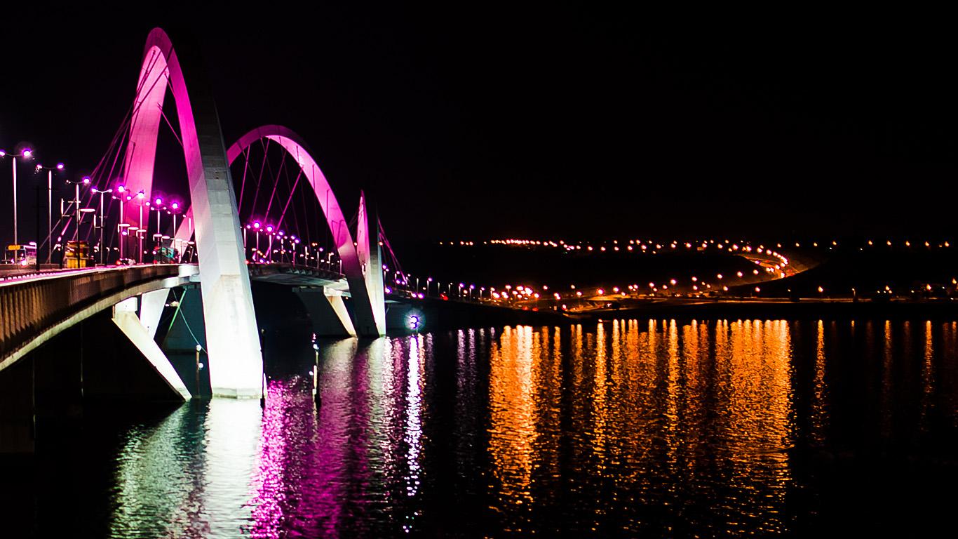 Мост Жуселину Кубичека ночью
