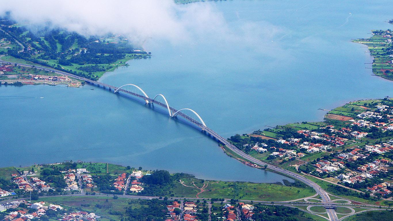 Мост Жуселину Кубичека с высоты