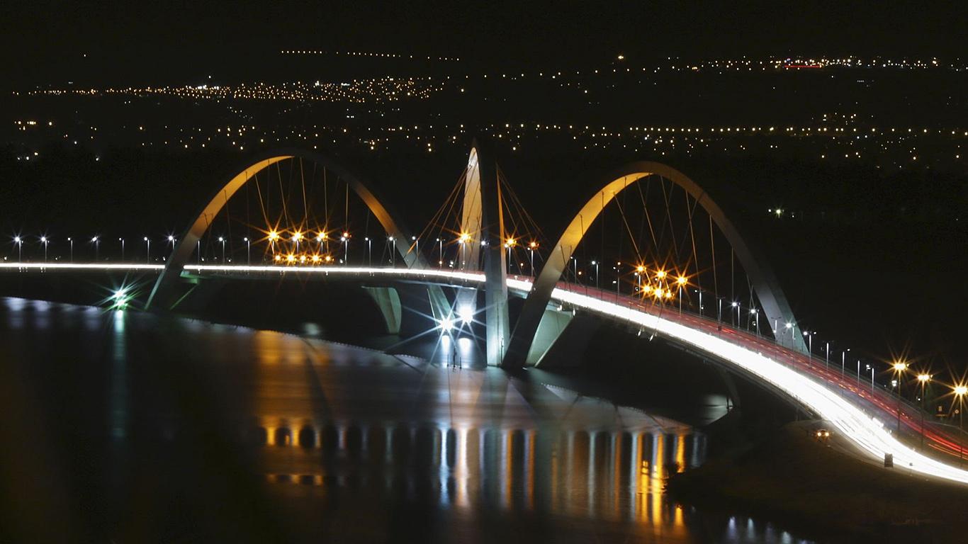 Мост Жуселину Кубичека с высоты ночью