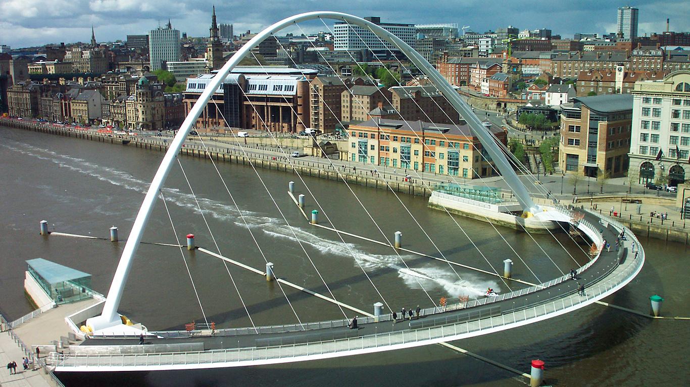 Мост Тысячелетия днем