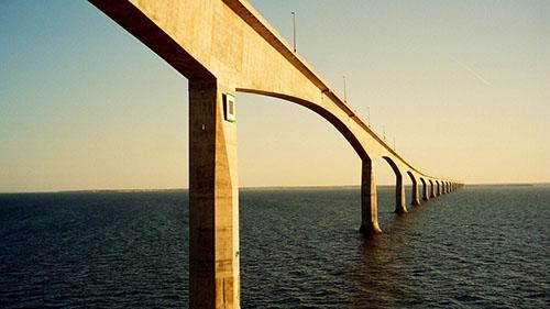 Солнечные панели на опорах моста