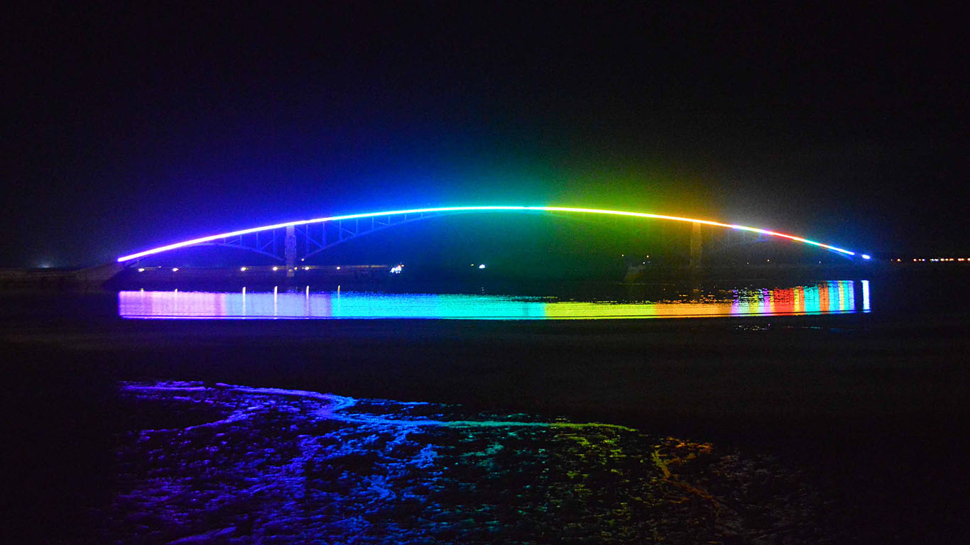 Радужный мост в Тайване ночью