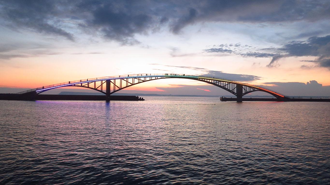 Радужный пешеходный мост утром