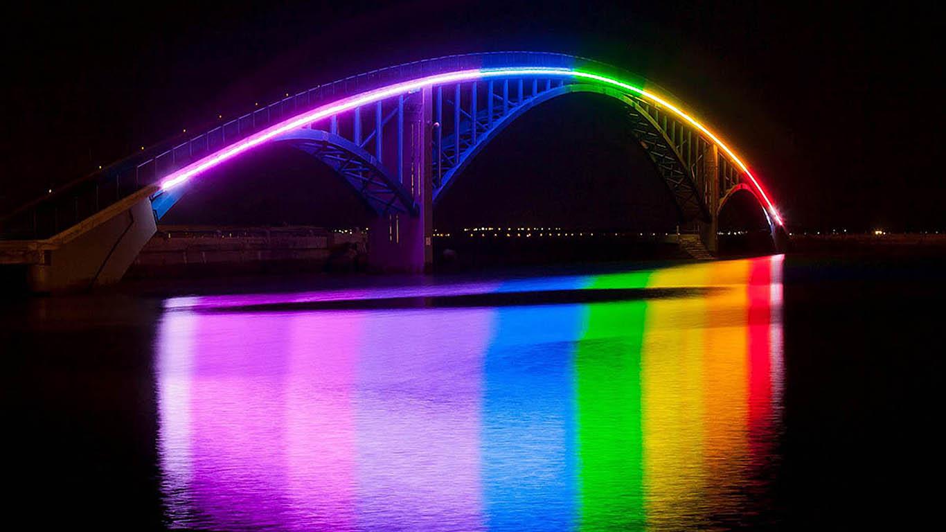 Радужный пешеходный мост в Тайване