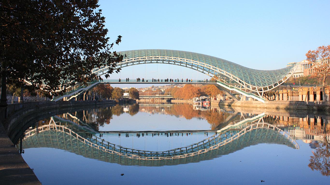 Мост Мира издалека