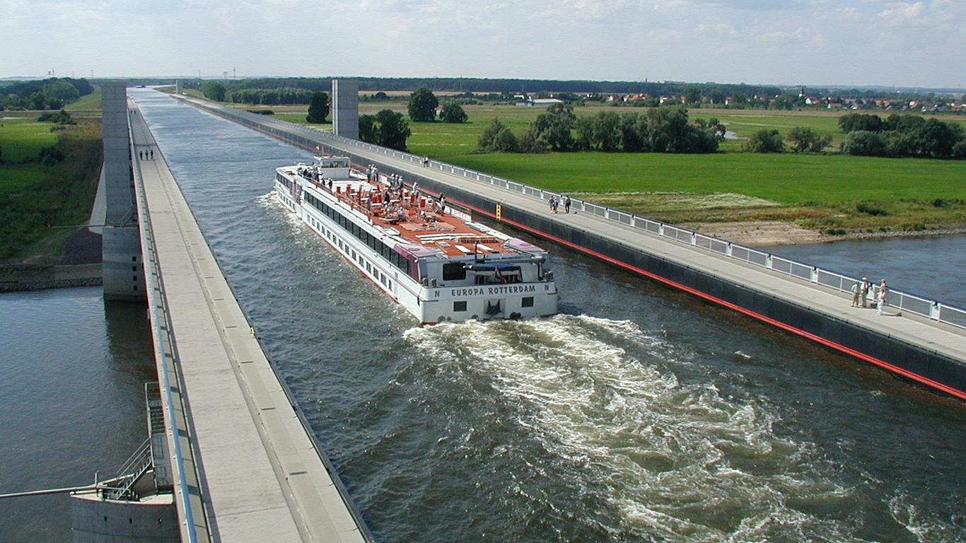 Теплоход и Магдебурский водный мост