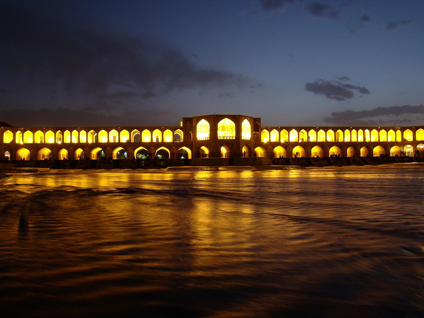 Мост Хаджу ночью