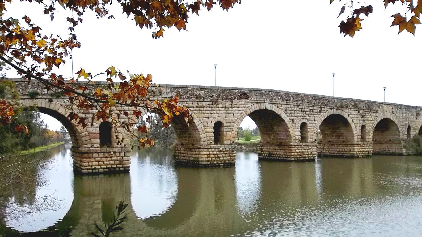 Римский мост с берега
