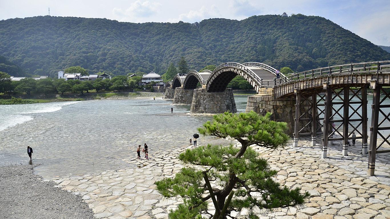 Красивый вид на мост