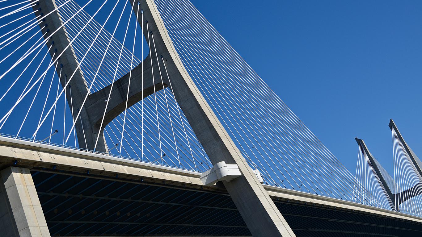Мост Васко да Гама вблизи