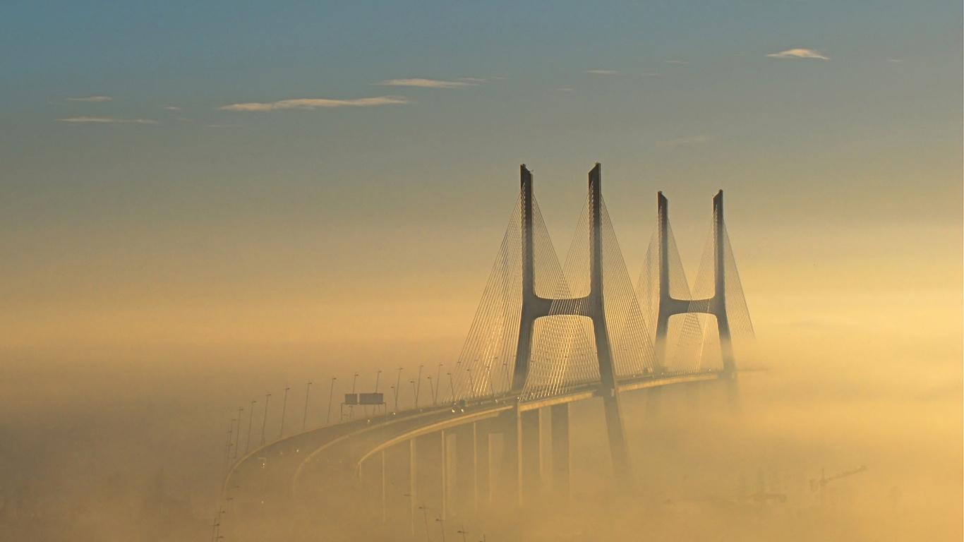 Туман над мостом Васко да Гама