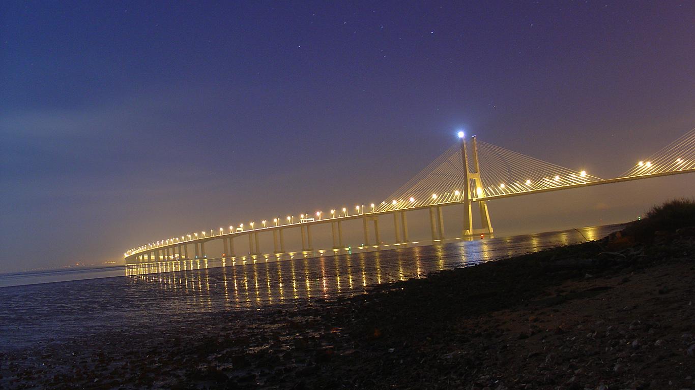 Мост Васко да Гама вечером