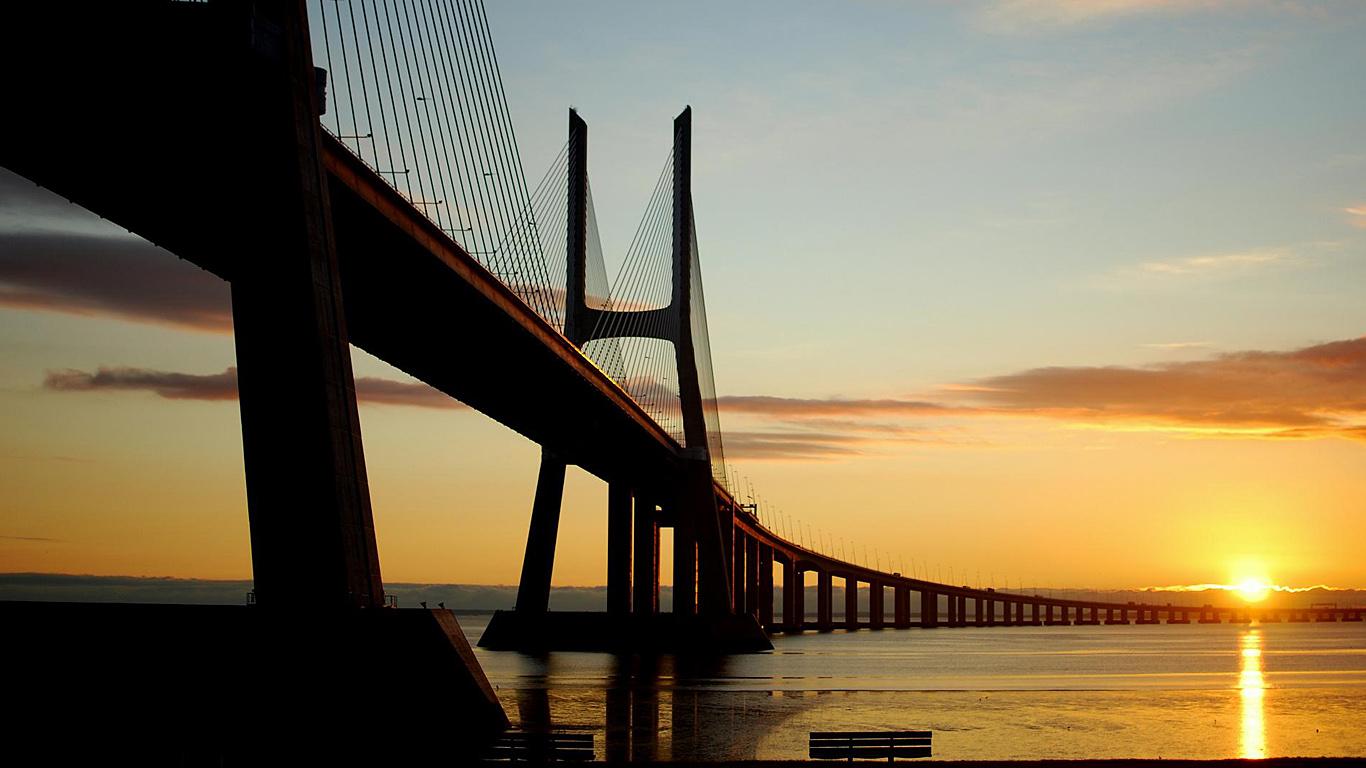 Мост Васко да Гама на закате