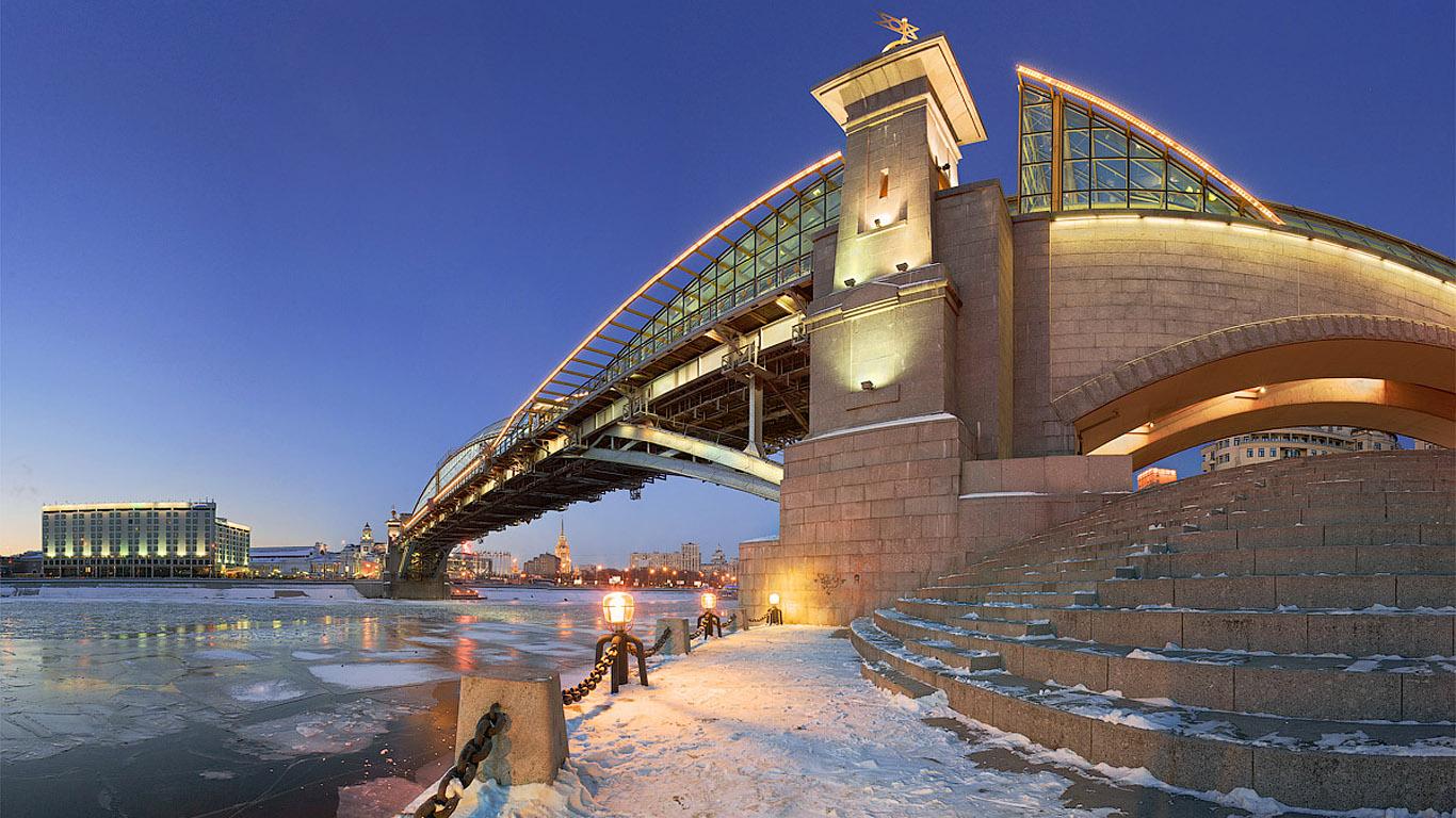 Зимой под мостом