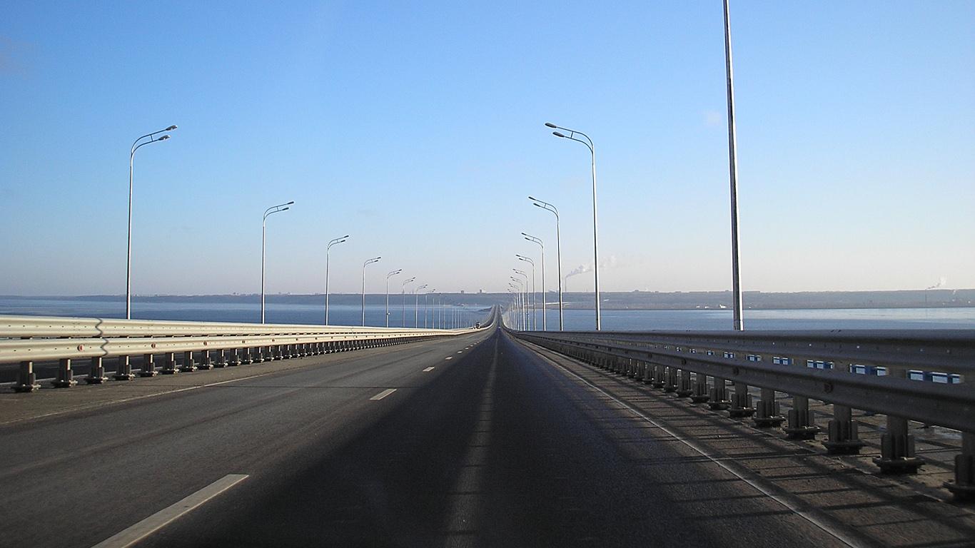 На дороге.Президентский мост в Ульяновске