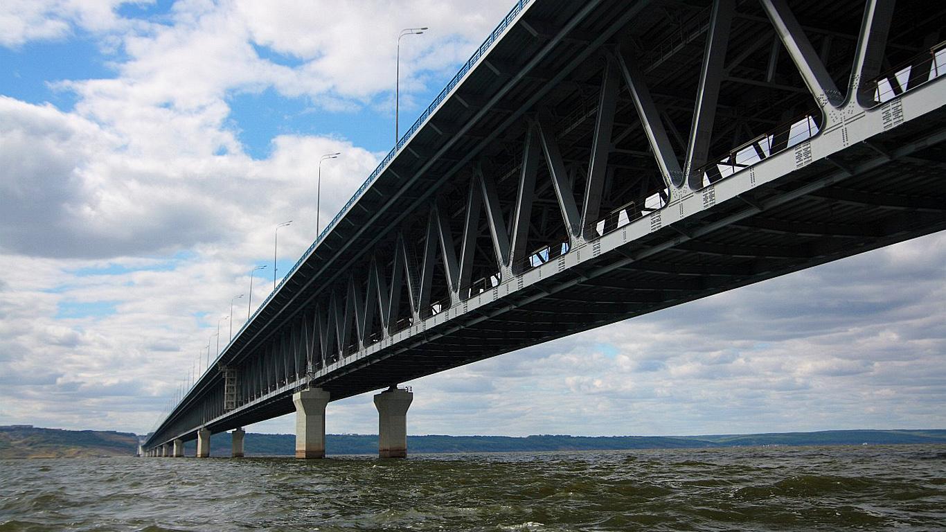 Президентский мост в Ульяновске снизу