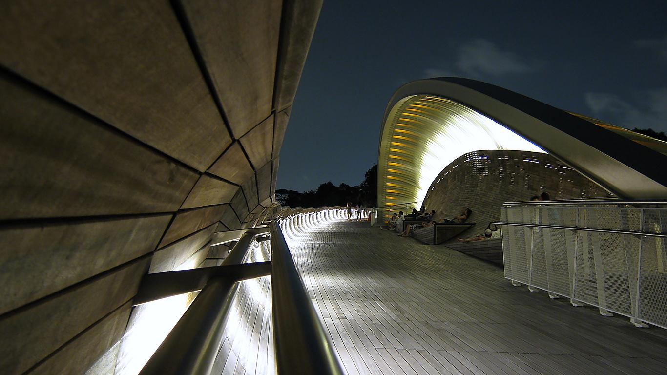 Мост Волны Хендерсона ночью