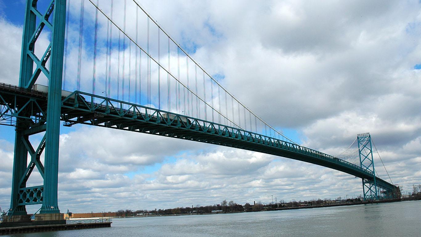 Мост Амбассадор днем