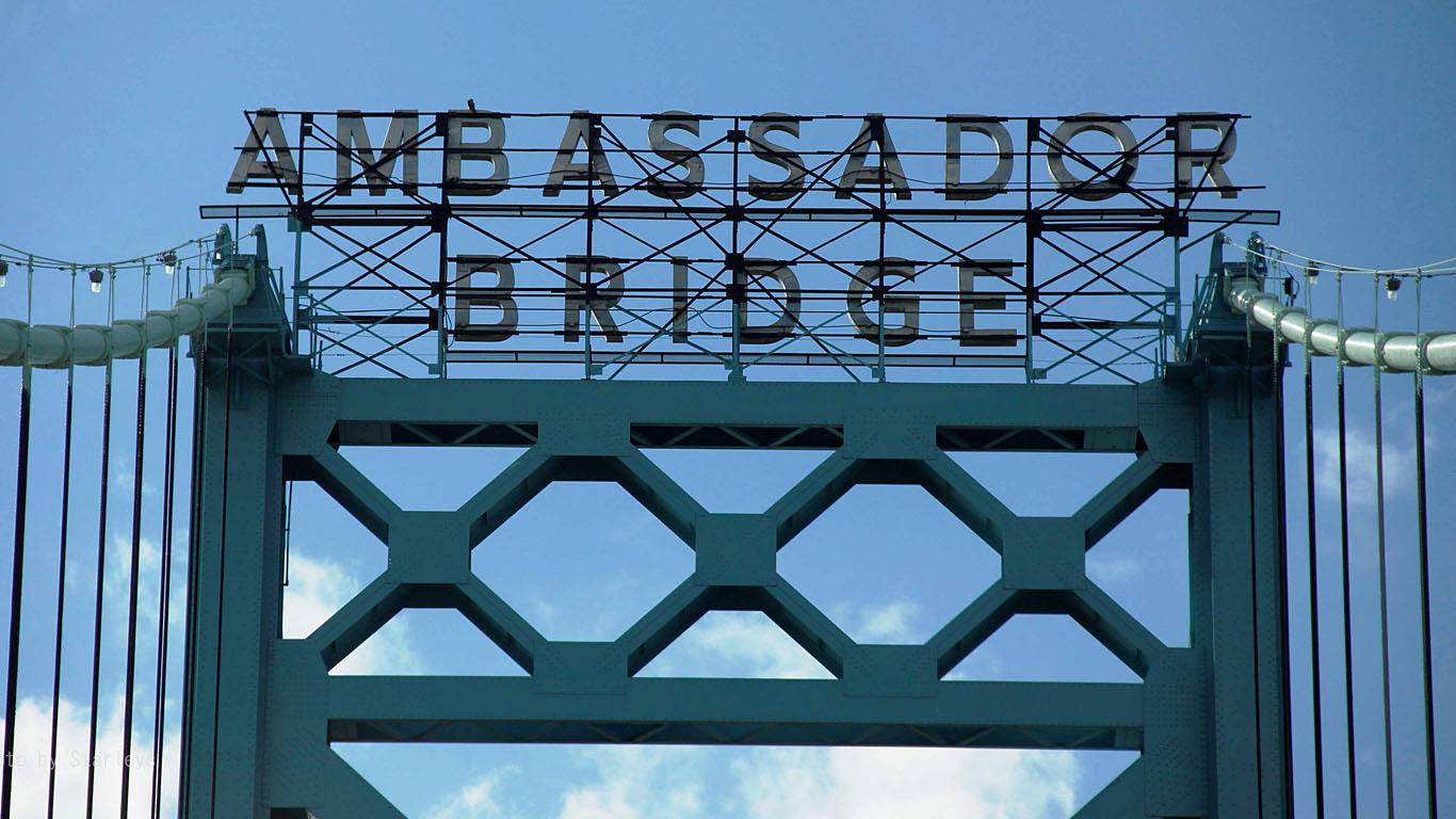 Надпись Мост Амбассадор