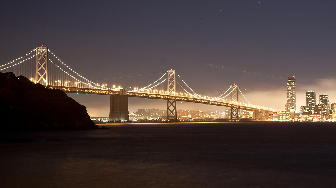 Мост из Сан-Франциско в Окленд издалека