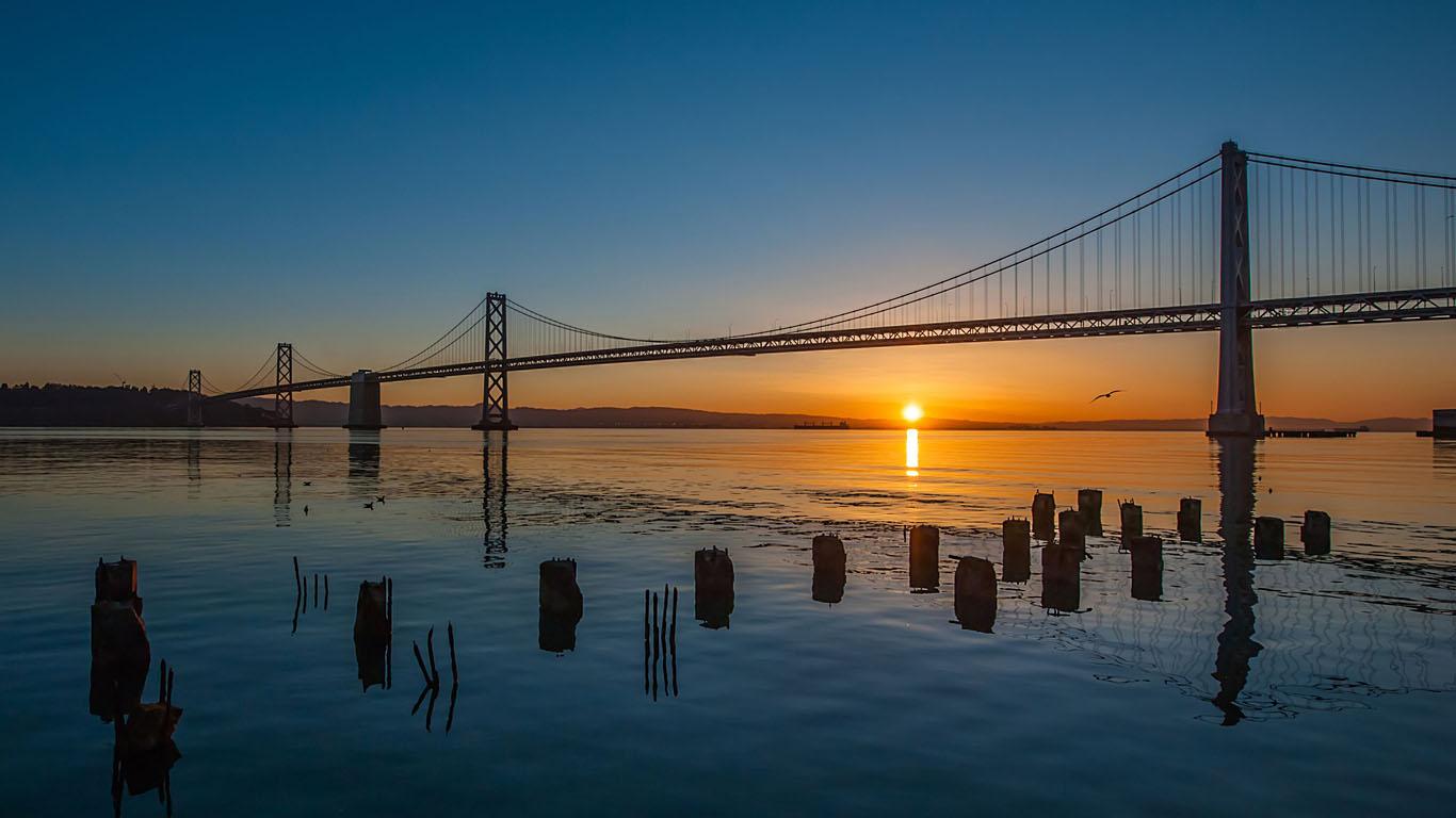 Мост из Сан-Франциско в Окленд на рассвете