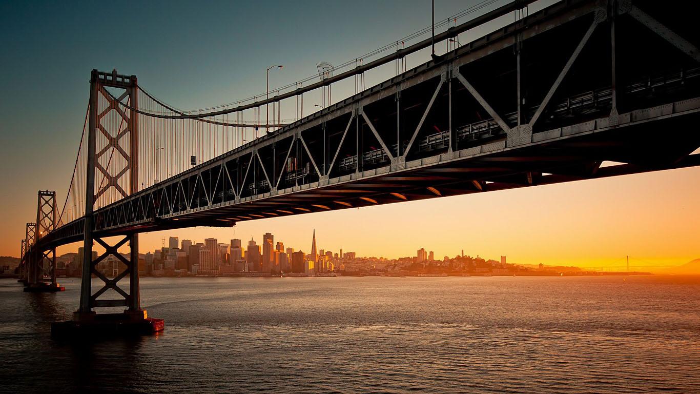 Мост из Сан-Франциско в Окленд вблизи
