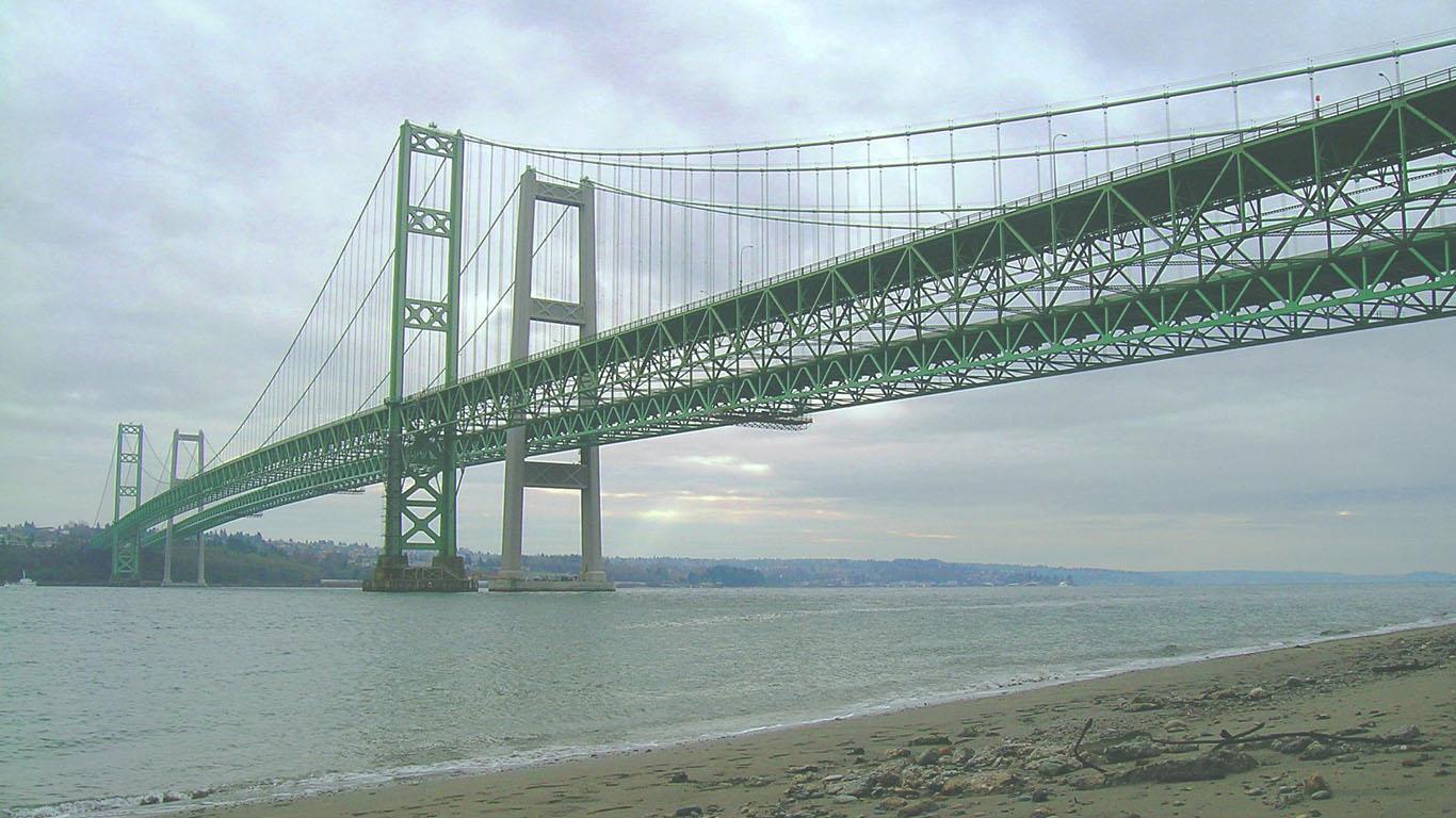 Вид с берега на Такомский мост